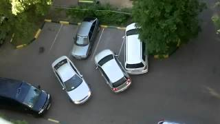 Девушка не умеет парковаться во дворе-жесть!(Девушка недавно купила права и теперь решила поцарапать все автомобили в своем дворе. Уникальное видео!, 2012-05-31T08:16:59.000Z)