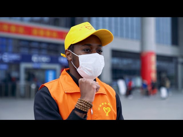 Foreigner volunteers at S. China train station despite coronavirus outbreak
