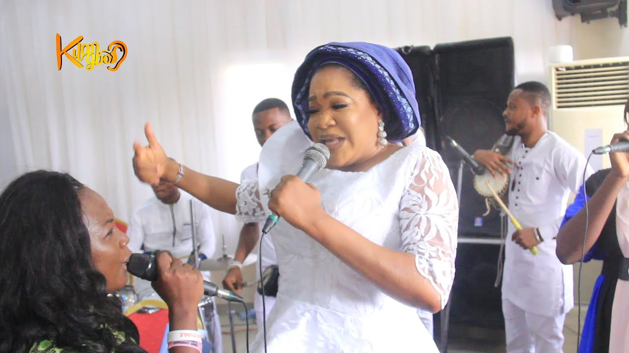 Download TOYIN ABRAHAM, DAYO AMUSA SANG TO AMUSE IYABO OJO AT HER MOTHER'S BURIAL