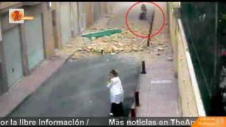 Una cámara graba como cae un edificio sobre una mujer y sus 2 hijas en Lorca (Terremoto)