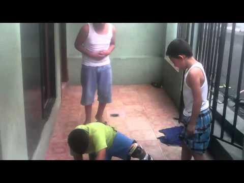 Gracioso vídeo de un niño con patines