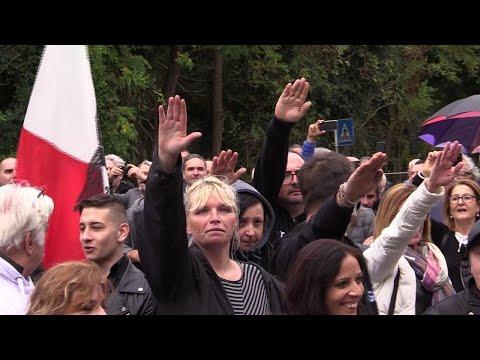 Fascismo, duemila in corteo a Predappio. Alcuni nostalgici: