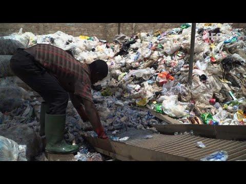 Wie recyceltes Plastik bald Ghanas Straßen pflastern könnte