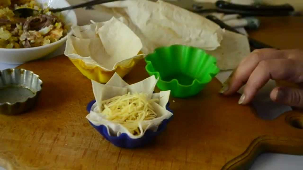 Хрустящие корзинки из тонкого лаваша с языком под сыром.