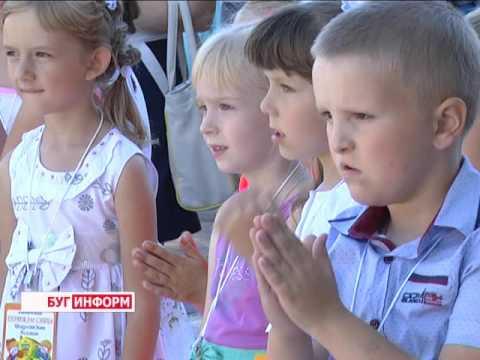 """2016-08-30 г. Брест. Акция """"Дети идут в школу"""" для детей работников банка. Новости на Буг-ТВ."""