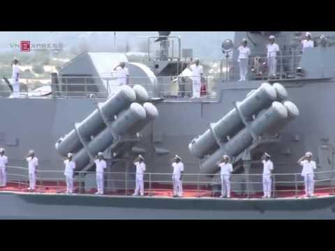 Hải quân Việt Nam duyệt đội hình trên biển.