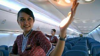 kelihatan itu nya saat melayani penumpang, pramugari garuda indonesia