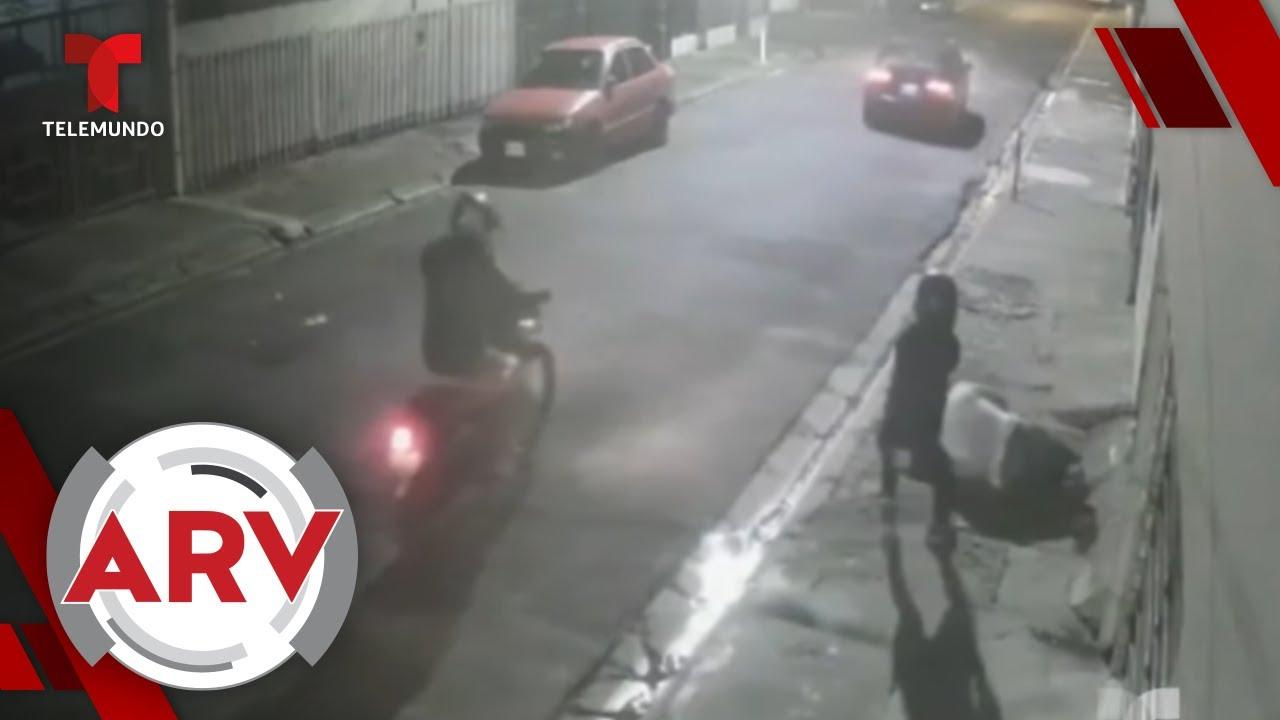 Sicarios en moto asesinan a sangre fría a un hombre frente a su casa   Al Rojo Vivo   Telemundo