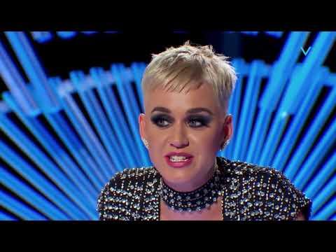 Katy Perry le robó un beso a un participante y desató la polémica