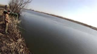 Рыбалка в Астрахани. Ловля окуня на в отвес на девон весной.