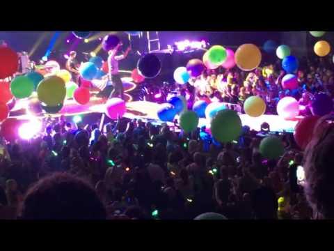 Coldplay-Chris Martin messes up the lyrics! So cute😂#Coldplayphoenix