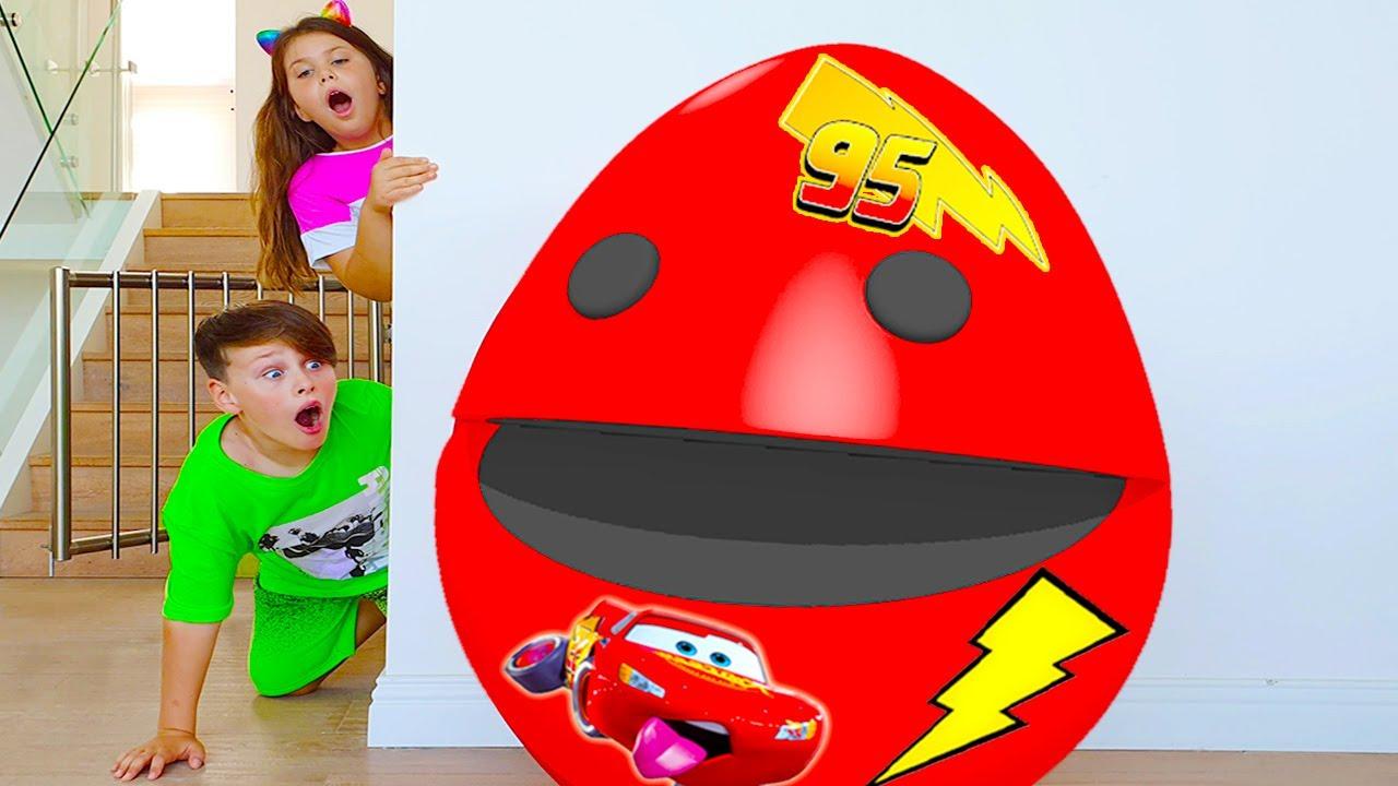 문제가 생겼습니다! 거대한 깜짝 계란이 우리 장난감을 가져갔습니다 red egg surprise took Adriana's toys! funny story for kids