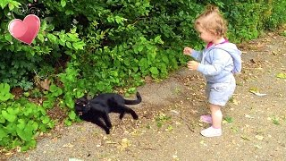 1 Year old Girl Talks with Kitten / Cute Kitten / Funny Time /Niña habla con el Gatito /