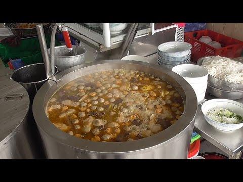 Vietnam street food - Spicy beef instant noodles, a.k.a Bun Bo Hue - Street food in Vietnam 2016