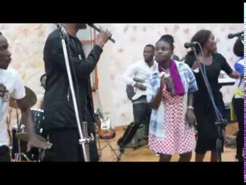 TALA NDENGE OKOMISINGA - FR KAM'S KAMANDA REND HOMMANGE A SA SOEUR KATHY MANDEFU