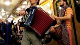 Музыканты в вагоне питерского метро