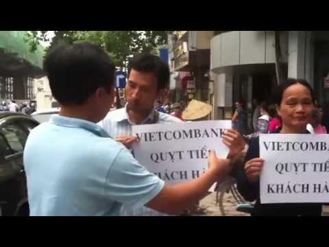 Biểu Tình Phản đối Ngân Hàng Vietcombank Quỵt Nợ Khách Hàng