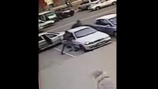 Видео с камеры наблюдения. Дерзкое нападение на автомобиль военных в #Харькове