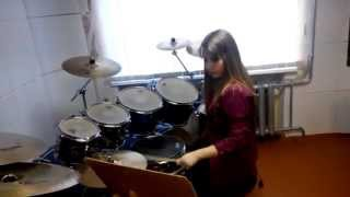 Девушка играет на барабанах