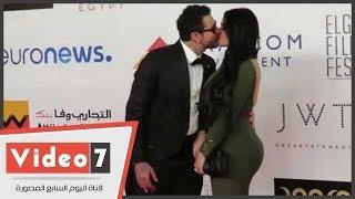قبلة ساخنة وأحضان مثيرة بين أحمد الفيشاوى وزوجته على السجادة الحمراء