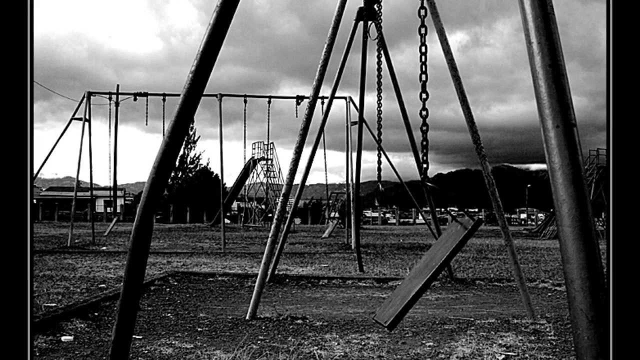 Гульчук обеспечил Невский район смертельно-опасными детскими площадками