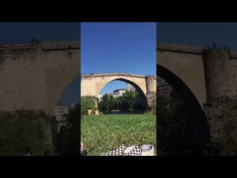 Un joven salta al Miño desde el Puente Romano en Ourense