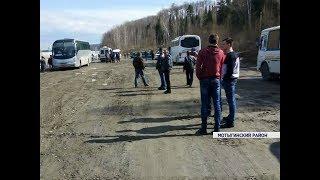 На дороге Мотыгино-Широкий лог люди не могут переправиться через реку из-за ледохода