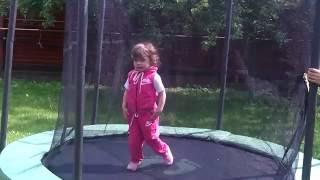Дети веселятся. Смешные дети. Funny kids. Baby and trampoline. Дети на батуте 4.  Смешные дети.(Дети веселятся. Смешные дети. Дети играют на батуте. Дети развлекаются и веселятся. Смешное видео про детей...., 2016-06-16T07:59:41.000Z)