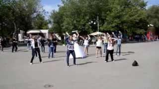 Флешмоб невесты в Караганде, парк, 2013