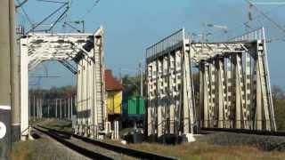 Невеликий вантажний склад з ВЛ-80 перезжает міст, ст. Десенка