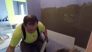 Укладка плитки на стену , ремонт в ванной ,обучающее видео ,будни плиточника