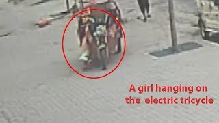 A man jumped on an electric car to save a girl
