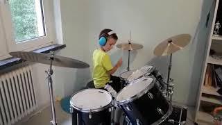 Игра на барабане, мальчик играет