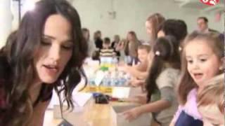 Светская Хроника. Дженнифер Гарнер помогает детям.