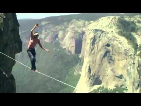 En la cuerda floja sin arnes de seguridad