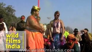 Fat Indian man dances to Rajasthani folk song : Holi celebrations in India