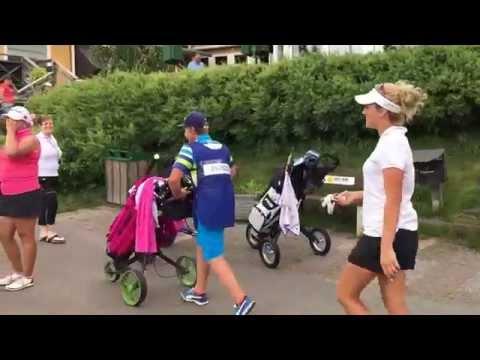 Anton Johansson går caddie åt en Italiensk tjej 2015