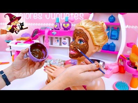 💅  Barbie se Hace una Mascarílla de Chocolate 👠 Maquillaje y las Uñas