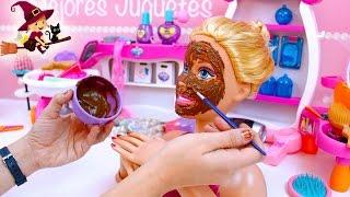 barbie se hace una mascarilla de chocolate      maquillaje y las u  as