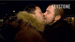 "Kuss-Demo im Basler ""Drämmli"" - Kiss-in - Schwul - Lesbisch - Homosexuell - blt - Tram - Basel"