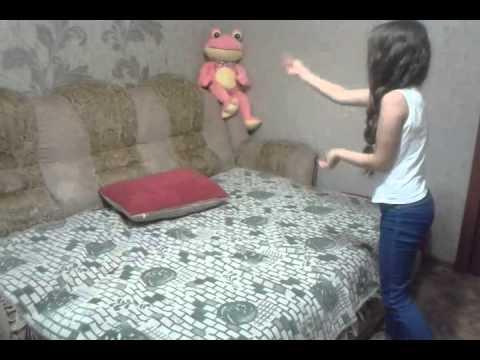 Девушка занимается сексом с подушкой