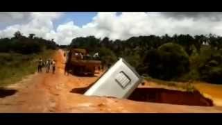 bus verdwijnt in een groot gat in Brazilië en wordt meegesleurd door de rivier