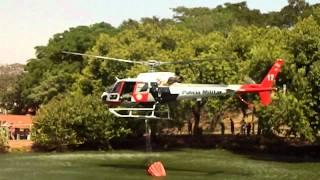 Helicóptero Aguia 17 faz manobra ariscada para apagar fogo