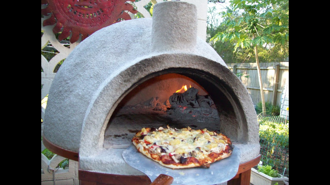 Pizza oven easy build pizza at 800 f youtube for Four pizza exterieur