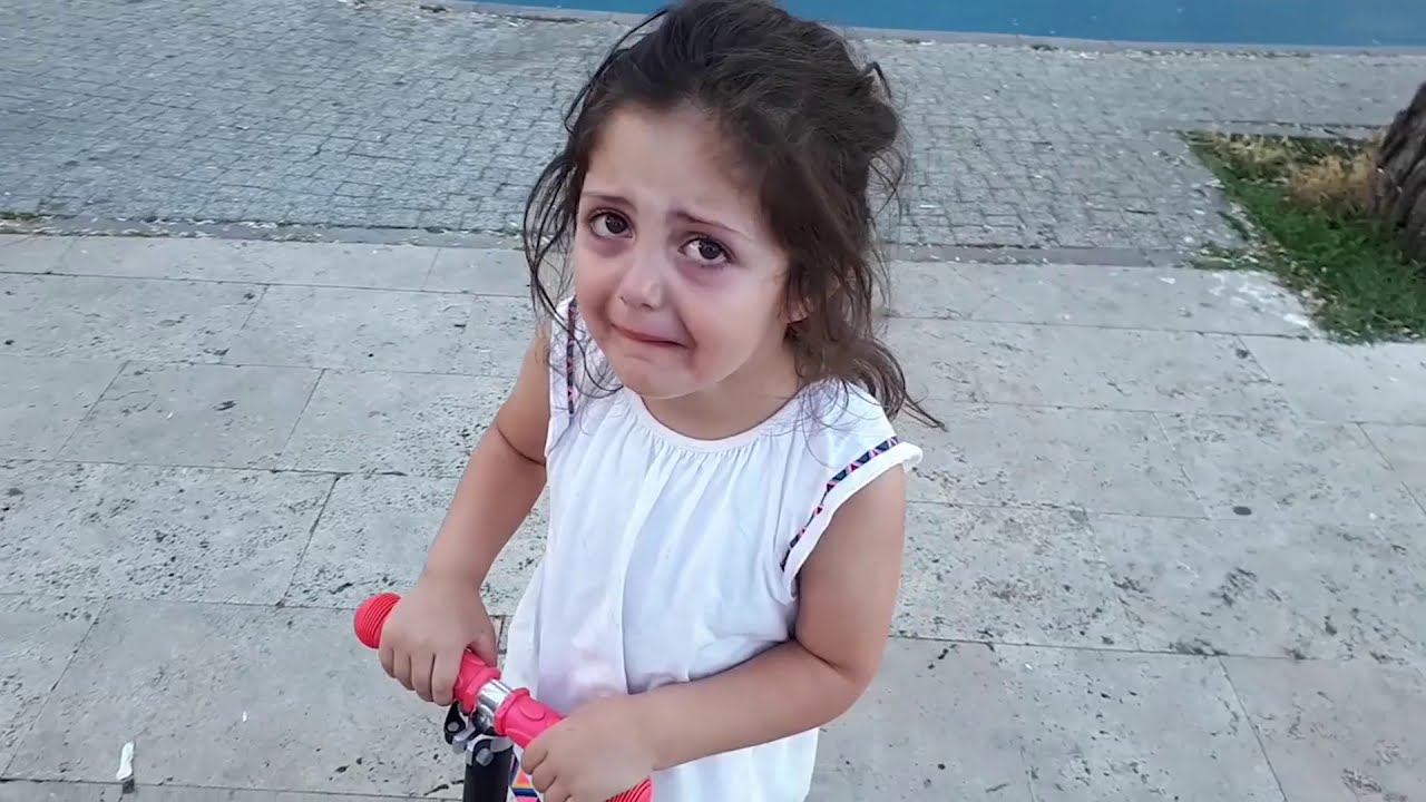 Download سقطت عفيفة من السكوتر Afife Scooterdan Düştü! Afife fell off the Scooter!