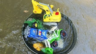 Find Car Toy In The Water With Spoon Net - Construction Vehicles , Excavator | Wheel Loader