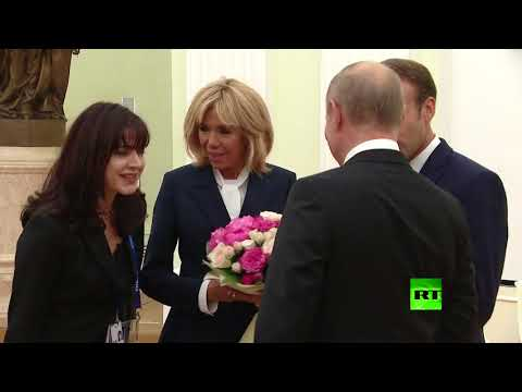 بوتين يقدم باقة أزهار للسيدة الفرنسية الأولى  - نشر قبل 4 ساعة
