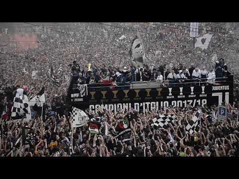 Scudetto Juventus, 10mila in piazza per l'abbraccio ai giocatori campioni d'Italia