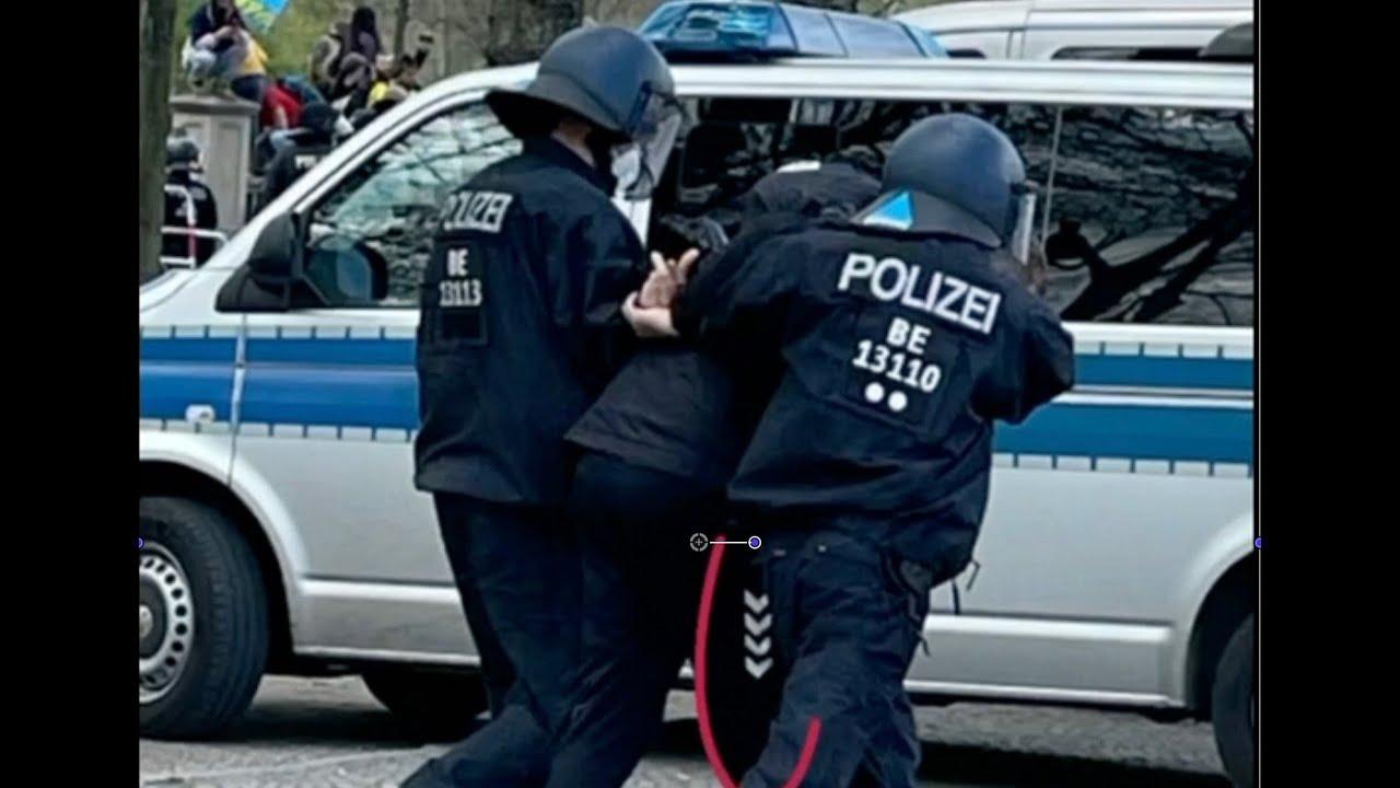 Merkwürdige Szenen bei der Berlin-Demo am 21.4.: Provokateur beim Kuscheln mit der Polizei?