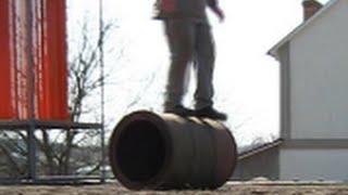 Укатывание газона бочкой Видео(Коткування газону на дачі перетворилось на цікаву гру. І робота виконана, і всі задоволені Подписаться..., 2015-03-29T09:36:37.000Z)